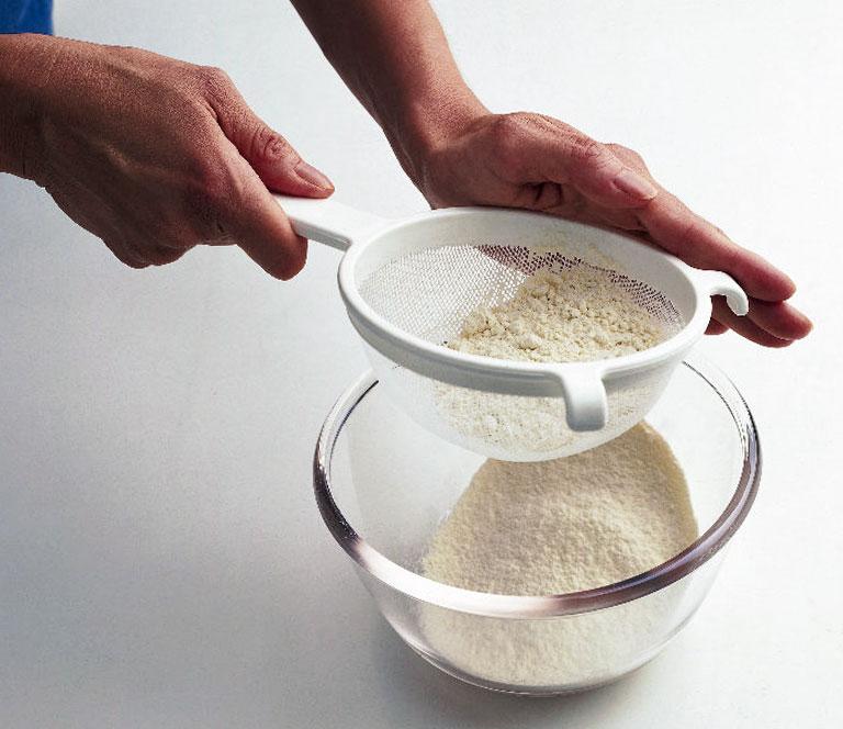 ‰ Lưu ý: Bạn cũng có thể cho một chút bã trà đã nghiền nát vào đánh cùng để bánh thơm hơn và vụn trà giúp bánh trong đẹp mắt hơn  Tiếp theo, rây bột mì vào trong âu hỗn hợp, trộn đều tay cho bột mịn mượt và không còn vón cục là được. Sau đó, đánh bông lòng trắng trứng cho đến khi nổi bọt khí to thì cho cream of tartar vào đánh cùng. Khi thấy bọt khí nhỏ như bọt xà phòng xuất hiện thì từ từ cho từng chút phần đường còn lại vào, đánh hỗn hợp tạo chóp dẻo rồi ngưng lại. Có cách khác kiểm tra là ta úp ngược cái âu lại mà không đổ ra là được  Cho 1/3 hỗn hợp lòng trắng vào âu hỗn hợp lòng đỏ, trộn đều bằng kỹ thuật fold theo chiều từ dưới lên trên thật nhẹ tay để không làm vỡ bọt khí rồi đổ hết lượng hỗn hợp lòng trắng còn lại vào, fold thêm một lần nữa.  Lấy khuôn bánh đã chuẩn bị ra, lót giấy nến vào bên trong để chống dính. Từ từ đổ hỗn hợp cốt bánh vào khuôn rồi thả rơi khuôn ở độ cao 5cm để làm vỡ bớt đi những bọt khí lớn, lắc khuôn cho bột dàn đều.  Làm nóng lò nướng ở 150 độ C, đặt bánh vào nướng trong khoảng 55 – 60 phút là bánh sẽ chín  ‰ Lưu ý: Hãy là lò nướng nóng trước khoảng 10-15 phút, khi nướng bánh sẽ vàng đều đẹp mắt hơn  Lấy bánh ra, thả rơi ở độ cao 30cm cho hơi ẩm được thoát ra ngoài rồi úp ngược khuôn xuống để bánh nguội.