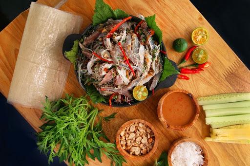 Gỏi cá Trích là một món ăn ngon đậm đà mùi vị biển tại Phú Quốc . Phú Quốc không chỉ nổi tiếng là hòn đảo lớn nhất Việt Nam… Mà còn thu hút thực khách du lịch khắp nơi trên thế giới bởi có nhiều món ăn ngon, độc lạ và khó thể quên nếu bạn đã thử – đặc biệt phải kể đến là món Gỏi Cá Trích . Nhờ có sự ưu đãi của tự nhiên nên nguồn hải sản Phú Quốc vô cùng phong phú. Có thể gọi đây là một trong những thiên đường ẩm thực biển. Khi đến khám phá một vùng đất mới, chắc chắn bạn không thể bỏ qua ẩm thực nơi bạn đến. Hôm nay, bạn hãy cùng Shodensha tìm hiểu cách làm gỏi cá Trích Phú Quốc như thế nào nha!!