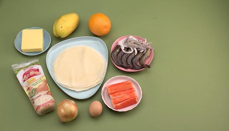 Chả giò hải sản là món ăn mà gia đình người Việt nào cũng thử qua. Món ăn là sự kết hợp đầy quyến rũ với nhiều nguyên liệu khác nhau và hòa quyện một cách trọn vẹn nhất. Khi thưởng thức món ăn ta sẽ cảm nhận được chả giò có độ giòn bên ngoài mà bên trong vừa mềm vừa thơm của các vị hải sản mà không quá ngấy do chất béo của mayonnaise làm ảnh hưởng. Hãy cùng Shodensha tìm hiểu quá trình làm nên cuốn chả giò hải sản này nhé! Các nguyên liệu cần chuẩn bị làm chả giò hải sản: Râu mực 100 g Tôm sú 100 g Thanh cua 100 g ( Ta có thể sử dụng thịt cua biển nếu bạn không thích thanh cua) Hành tây 100 g Xoài chín 150 g ( Nếu bạn dị ứng với xoài chín, cũng không cần bỏ vào. Nhưng hương vị sẽ bị giảm bớt) Phô mai cheddar 150 g Trứng gà 1 quả Nước cam vàng 1 muỗng canh Húng lủi 10 g Bánh tráng pía 20 cái Xốt mayonnaise 2 muỗng canh Các loại gia vị: Dầu ăn, muối, tiêu, đường, rượu trắng, hạt nêm, tương cà,...