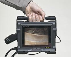 Xem videoscope nội soi công nghiệp đã mang lại gì cho chúng ta? Hình ảnh được truyền tải sắc nét hơn: Màn hình thiết bị 6,5 inch hàng đầu trong ngành lớn hơn so với các loại kính quay phim tương đương trên thị trường, luôn cho phép vị trí xem thoải mái và thuận tiện cho việc xem theo nhóm. Hình ảnh rõ nét tuyệt vời cho phép phát hiện chính xác các khuyết tật rất nhỏ. Giúp đưa ra các biện pháp xử lý kịp thời và tối ưa nhất cho khách hàng IPLEX LX có khả năng xử lý hình ảnh độc đáo của chúng tôi, WiDER ™ (Dải tần mở rộng ). Công nghệ tiên tiến này làm nổi bật chi tiết ở các vùng bóng mờ và vùng sáng để tạo ra hình ảnh sáng, cân bằng độ tương phản trên toàn bộ độ sâu trường ảnh. Chất lượng hình ảnh và video được nâng cao: IPLEX LX và LT có hình ảnh tĩnh JPEG chất lượng cao và phim MPEG-4 được ghi vào ổ USB flash rời.Việc lưu hoặc truy xuất hình ảnh chỉ cần một lần nhấn nút và chế độ xem hình thu nhỏ giúp bạn dễ dàng xem lại ngay kết quả kiểm tra. Chưa bao giờ một hệ thống kính video nhỏ gọn lại cung cấp khả năng ghi chất lượng cao như vậy mà vẫn dễ sử dụng. Phần mềm hỗ trợ từ InHelp: InHelp, phần mềm báo cáo và quản lý dữ liệu kiểm tra tùy chọn hợp lý hóa nhiều khía cạnh của việc kiểm tra trực quan từ xa với IPLEX. Phần mềm cải thiện đáng kể hiệu quả công việc và đơn giản hóa việc kiểm tra bằng cách sắp xếp các hình ảnh được lưu trữ trên IPLEX và tạo các báo cáo kiểm tra chi tiết trên PC chỉ với thao tác nhấp chuột đơn giản. Đo lường được âm thanh đạt chất lượng tối ưu: Công nghệ đo lường âm thanh nổi của chúng tôi cung cấp các phép đo khuyết tật từ nhiều góc độ khác nhau với thao tác đơn giản. Với các chế độ đo đa dạng bao gồm khoảng cách, chiều cao, độ sâu và phép đo âm thanh nổi cho phép chẩn đoán lỗi định lượng.