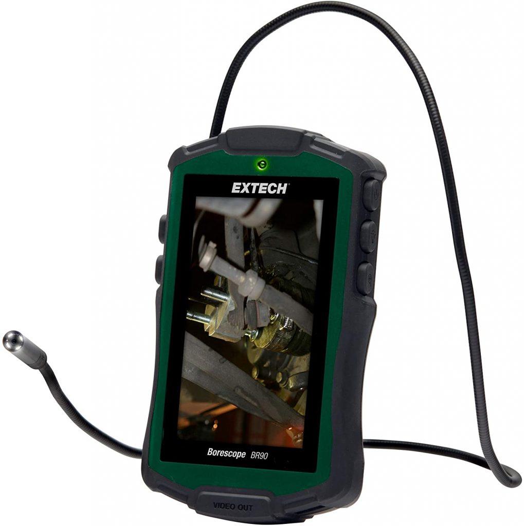 Camera nội soi công nghiệp giá rẻ ở series BR90 của Extech có dây cáp linh hoạt bán cứng và độ đàn hồi vừa phải dễ dàng kiểm tra các nơi hạn hẹp, ngoằn ngoèo,..... Và kích thước vừa lòng bàn tay nên bạn có thể di chuyển khắp mọi nơi trong nhà hay ngoài trời đều thuận tiện. Bên cạnh đó, thiết bị có khả năng chống thấm nước đạt IP67 Sự miêu tả về camera nội soi giá rẻ series BR90 dòng Extech: ⇔ Camera nội soi có độ phân giải thích hợp với cấu tạo máy 640x480pixel, khả năng zoom hình ảnh 2x quan sát hình ảnh ở mức độ vừa phải. Màn hình hiển thị 4.3''inch đa màu sắc (tầm 109mm), đầu camera có đường kính 8mm cho bạn có thể sử dụng ở nhiều không nhỏ và không bị cản trở quá nhiều ⇔ Đèn LED được tích trên đầu camera hỗ trợ chiếu sáng trong quá trình kiểm tra bên trong các thiết bị. Dây cáp cổ ngỗng linh hoạt bán cứng, độ đàn hồi thích hợp cho bạn có thể khám phá các nơi khó khăn, gồ ghề,... mà dây cáp vẫn di chuyển thoải mái. Chiều dài có chiều dài hơi ngắn so với các thiết bị khác 77cm ⇔Ngoài ra, thiết bị có khả năng điều chỉnh độ sáng sao cho tương ứng với mắt nếu đang ở trong điều kiện tối. Khả năng xoay hình ảnh 180độ và có thể lật hình ảnh thoải mái Đây được coi là máy nội soi công nghiệp chuẩn, đầy đủ tính năng nhưng giá thành lại phải vừa phải