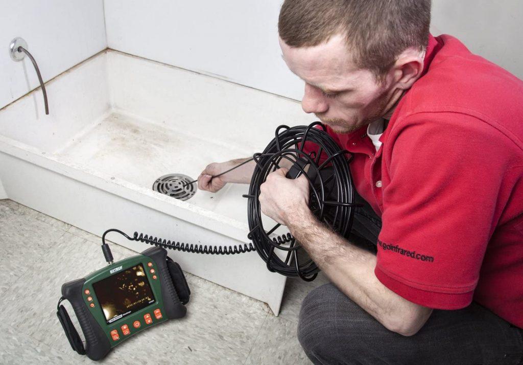 Máy nội soi công nghiệp rõ nét được con người sử dụng ở các môi trường như thế nào? Chế biến & sản xuất công nghiệp, thiết bị nặng: Trong ngành công nghiệp chế biến và sản xuất, các đường ống mau bị hư vì phải làm việc liên tục, cho nên quá trình kiểm tra - bảo trì cũng trở nên liên tục. Ta có thể sử dụng thiết bị để thay ta nội soi các bộ phận một cách chi tiết nhất và các lỗi sẽ dễ dàng được phát hiện ra dễ dàng hơn so với việc ta nhìn bằng mắt thường HVAC / Nồi hơi: Để kiểm tra hệ thống sưởi, thông gió và điều hòa không khí, nồi hơi,.... ta không thể kiểm tra trực tiếp được vì diện tích nhỏ, tận sâu bên trong, tối tăm, nóng nực,... chính vì thế ta sử dụng máy nội soi để hỗ trợ ta quá trình đó Hàng không vũ trụ: Đối với thiết bị nội soi này, ta có thể vận hành chúng để kiểm tra các thiết bị, các mối hàn, phát hiện ra các vết nứt nhỏ nhất,... để khắc phục trước khi máy bay được đưa vào sử dụng. Đảm bảo được sự an toàn hành khách Chính phủ & An ninh: Ở lĩnh vực này, ta có dùng máy nội soi để quan sát các vật phẩm bị nghi ngờ, phòng chống cháy nổ, ma túy,... để tránh thương vong nếu ta kiểm tra trực tiếp chúng Khai thác và tổng hợp: Dùng thiết bị này trong khảo cổ thì sao? Đương nhiên là được, nó thích hợp nhiều lĩnh vực và khảo cổ cũng vậy. Nó giúp chúng ta nội soi được các vật bên trong, tránh được cá nguy hiểm nếu không may xảy ra. Thu được các hình ảnh hay video chi tiết hơn khi ta quan sát trực diện bằng mắt Sản xuất điện: Dùng chúng để kiểm tra các tubin gió, sự hoạt động của ròng rọc, bánh răng trong quá trình sử dụng bị hao mòn như thế nào? Để thay thế nhanh chóng, tránh sự cố ngoài ý muốn xảy ra trong quá trình sử dụng chúng